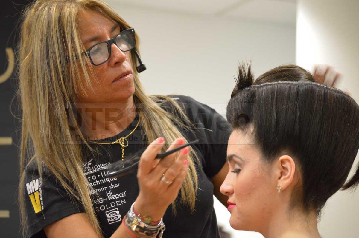 La peluquera de Utrera, Manuela Fernández, durante uno de sus trabajos.