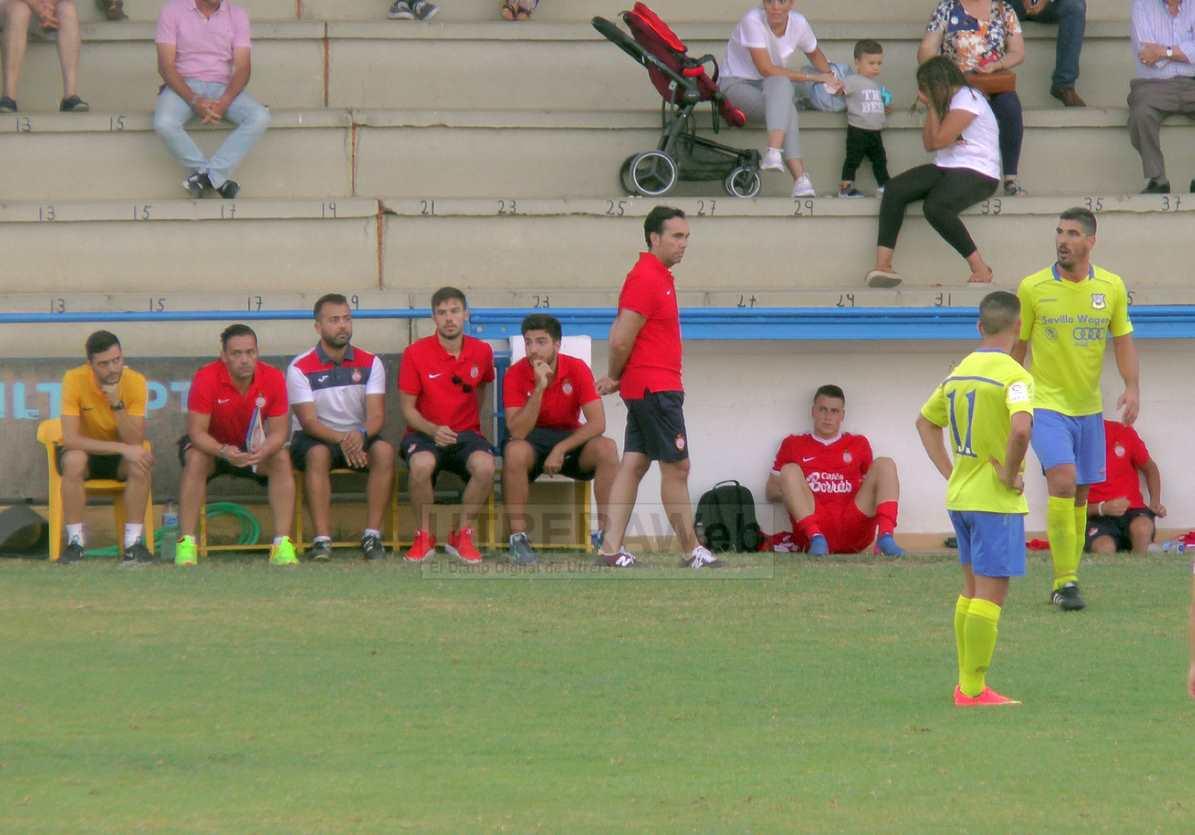 el técnico del C.D. Utrera Miguel Ángel Montoya observando el partido desde el banquillo