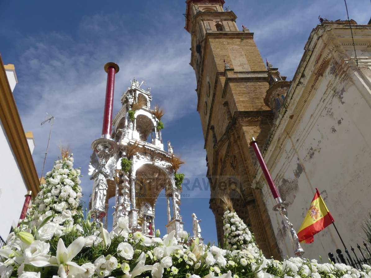 La procesión del Corpus Christi a su salida de la parroquia de Santa María de la Mesa de Utrera.