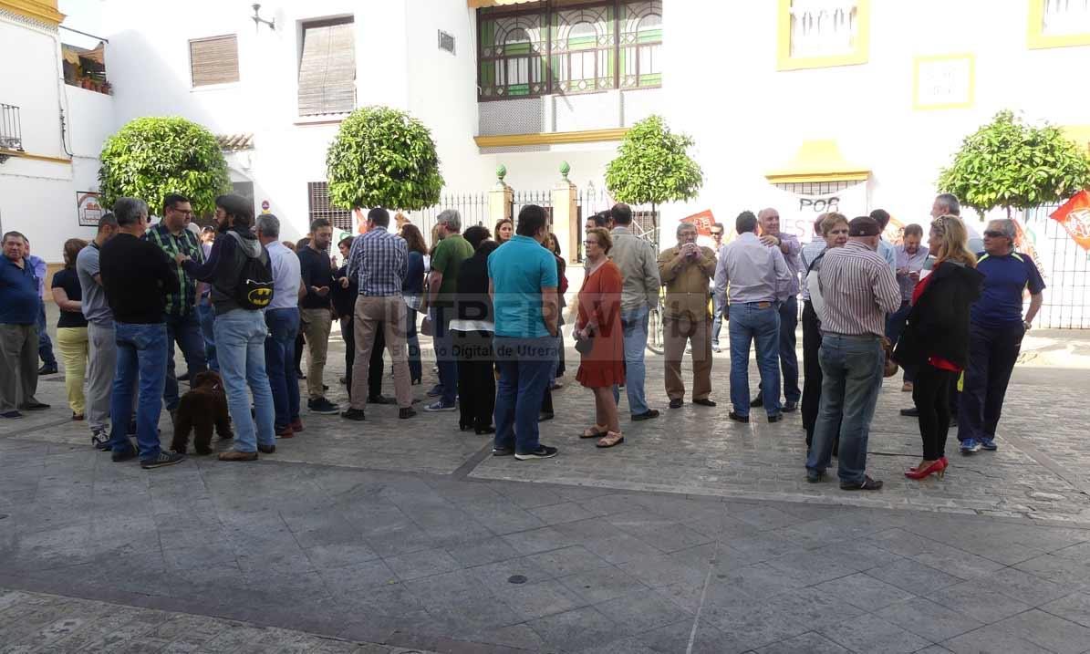 Imagen de la protesta de empleados públicos a las puertas del Ayuntamiento.