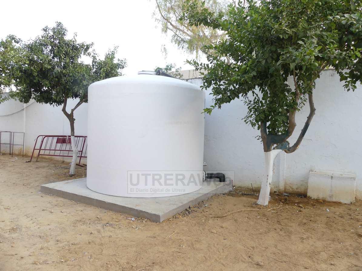 El nuevo depósito de agua para el sistema de riego se ha instalado en la parte trasera de las gradas principales del estadio.