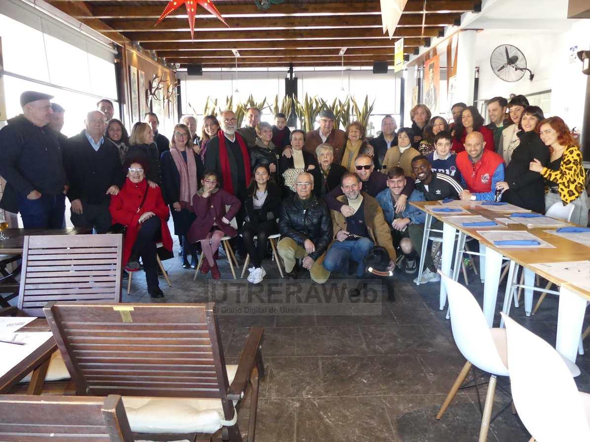 Foto de familia con los dos artistas, famialiares y amigos que participaron en la inauguración.