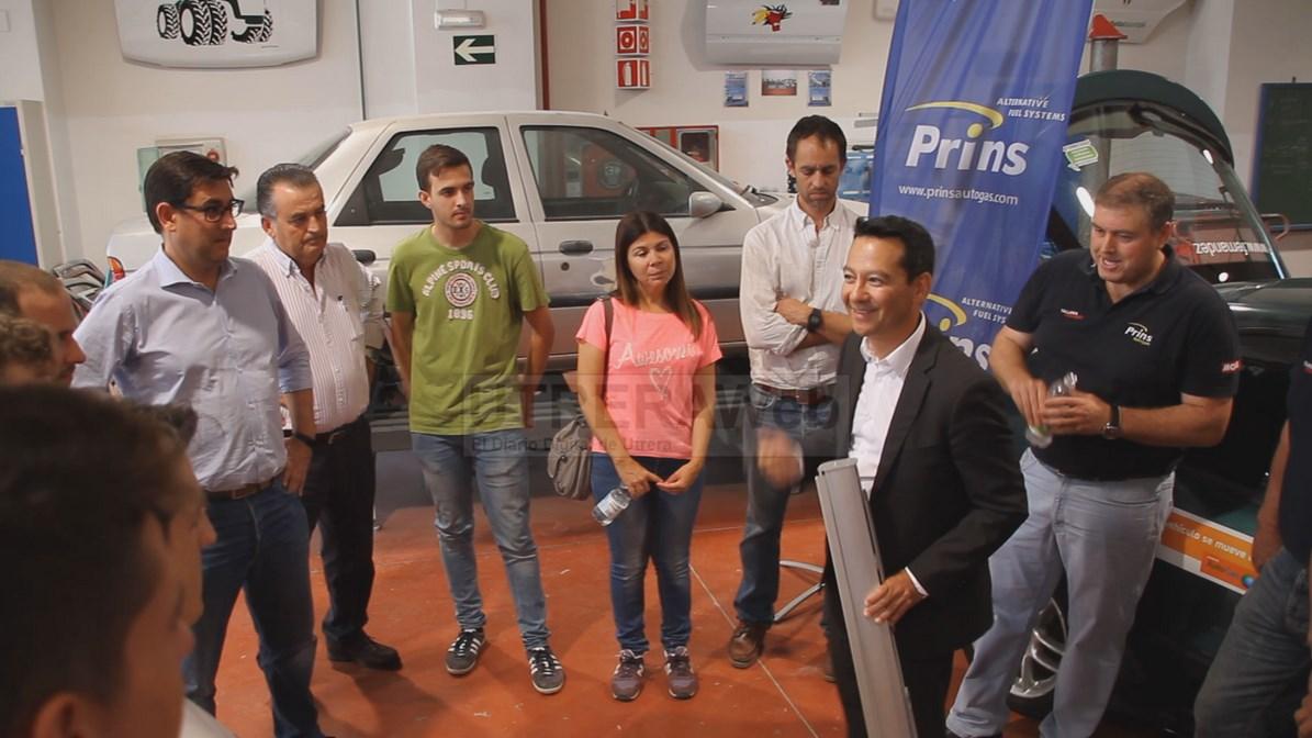 En el acto de entrega del vehículo estubieron presentes el alcalde y la delegda de Educación, además de representantes de la firma patrocinadora.