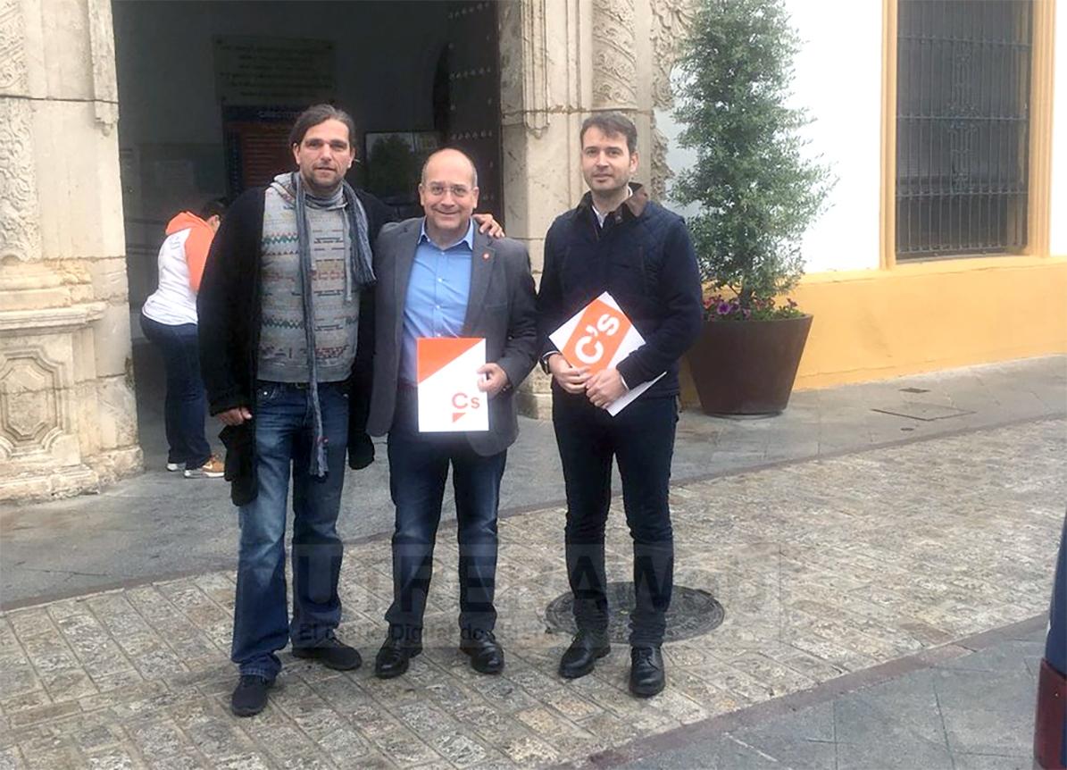 Javier Cabezas y otros miembros de Ciudadanos el día que anunciaron el comienzo de la andadura política oficial de Ciudadanos Utrera.