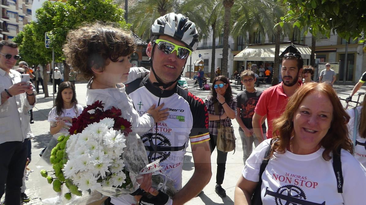 El deportista de Utrera Rafael Torres tras finalizar éxitosamente el reto ciclista solidario.