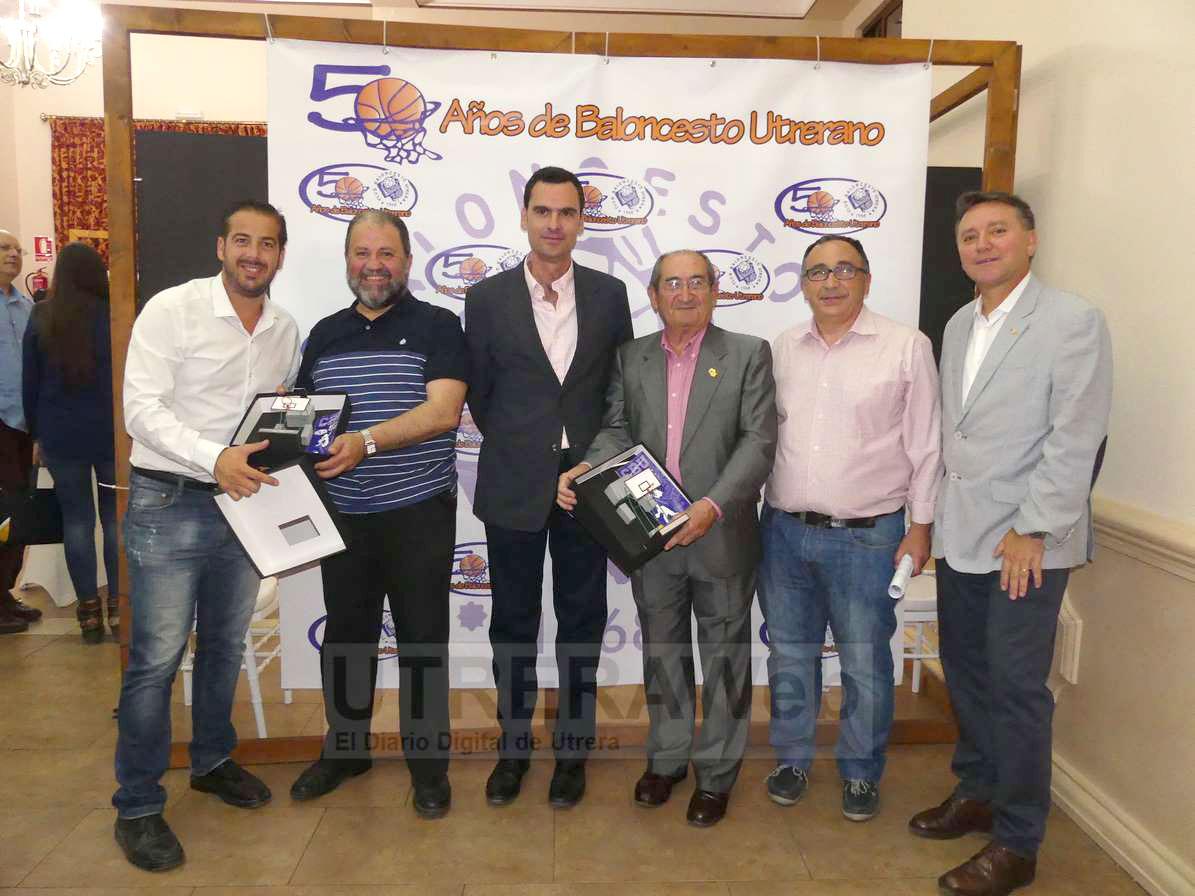 Imagen de los galardonados en la gala del 50 aniversario del Club Balocnesto Utrera.
