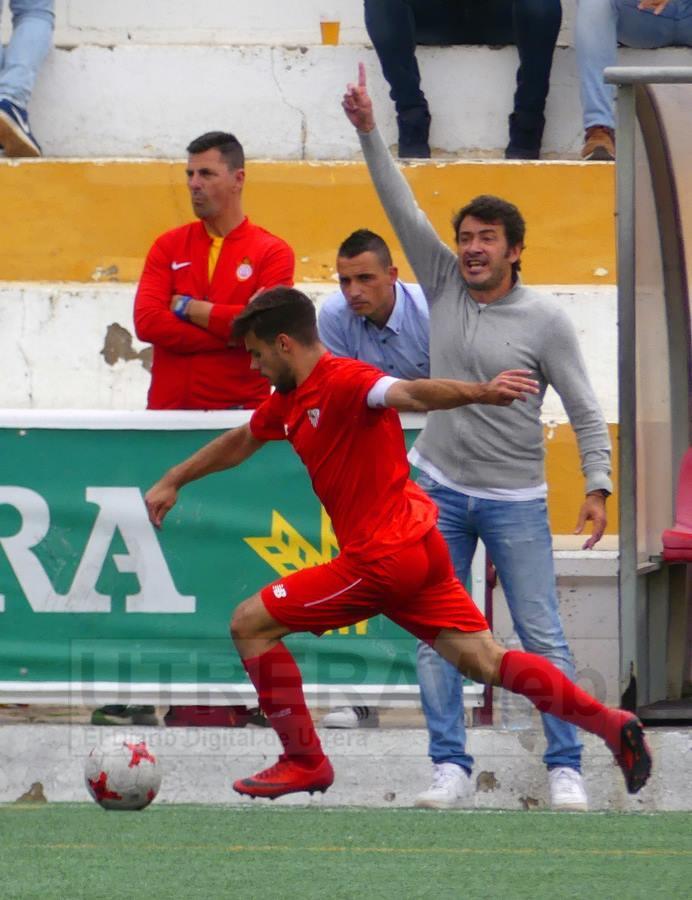 el técnico del C.D. Utrera, Jesús Galván, dando instrucciones a sus jugadores.