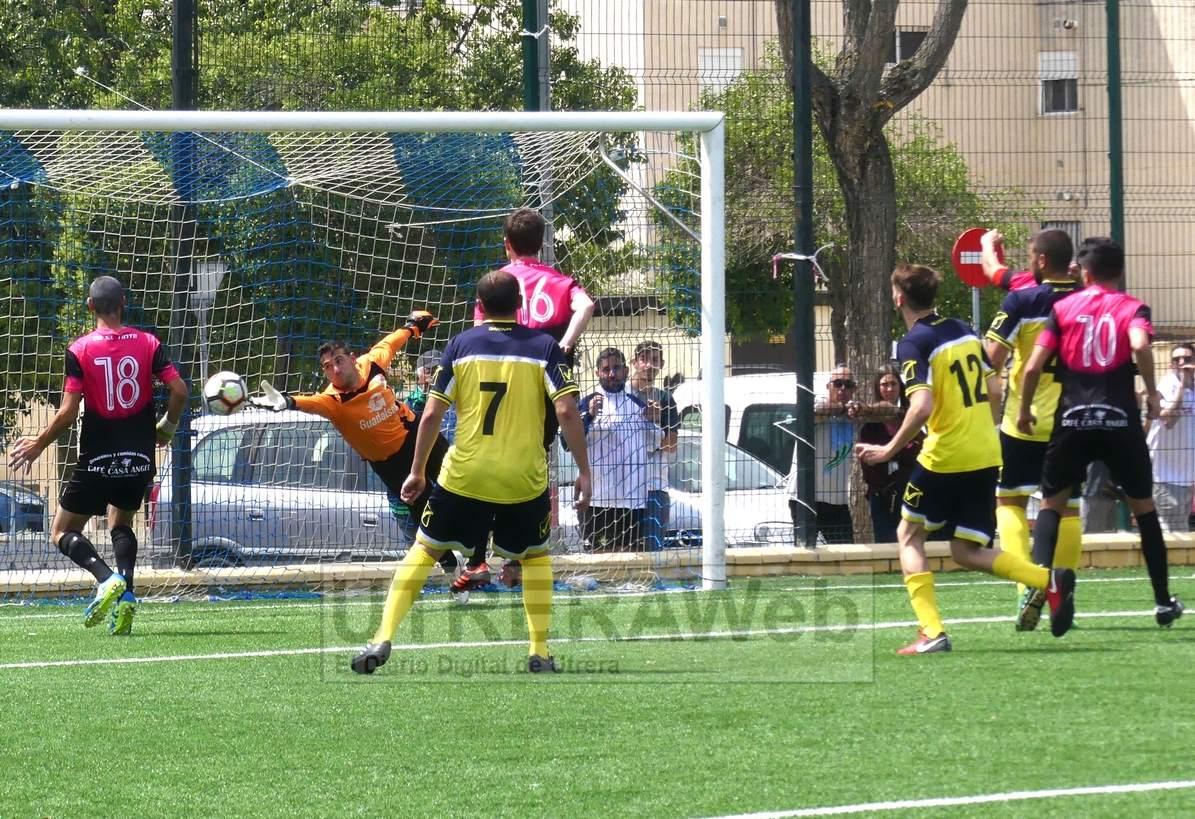 Jugada del último gol del partido del C.D. El Tinte de Utrera.