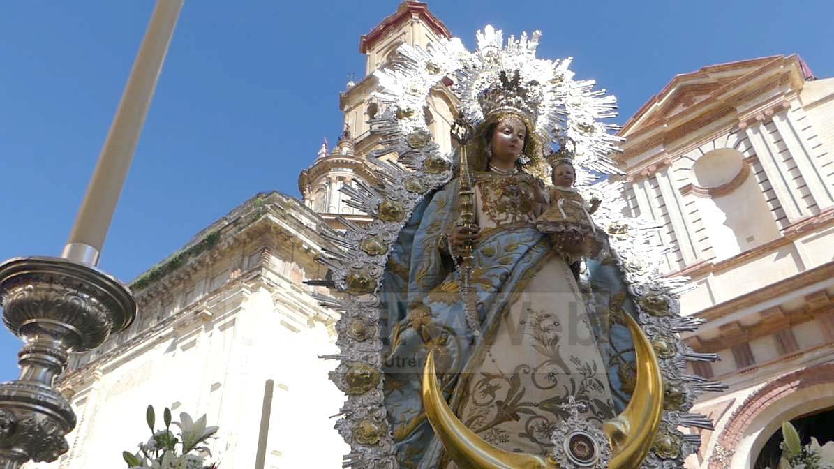 La Virgen del Dulce Nombre iniciando su salida en la procesión del Corpus Crhisti de Utrera.