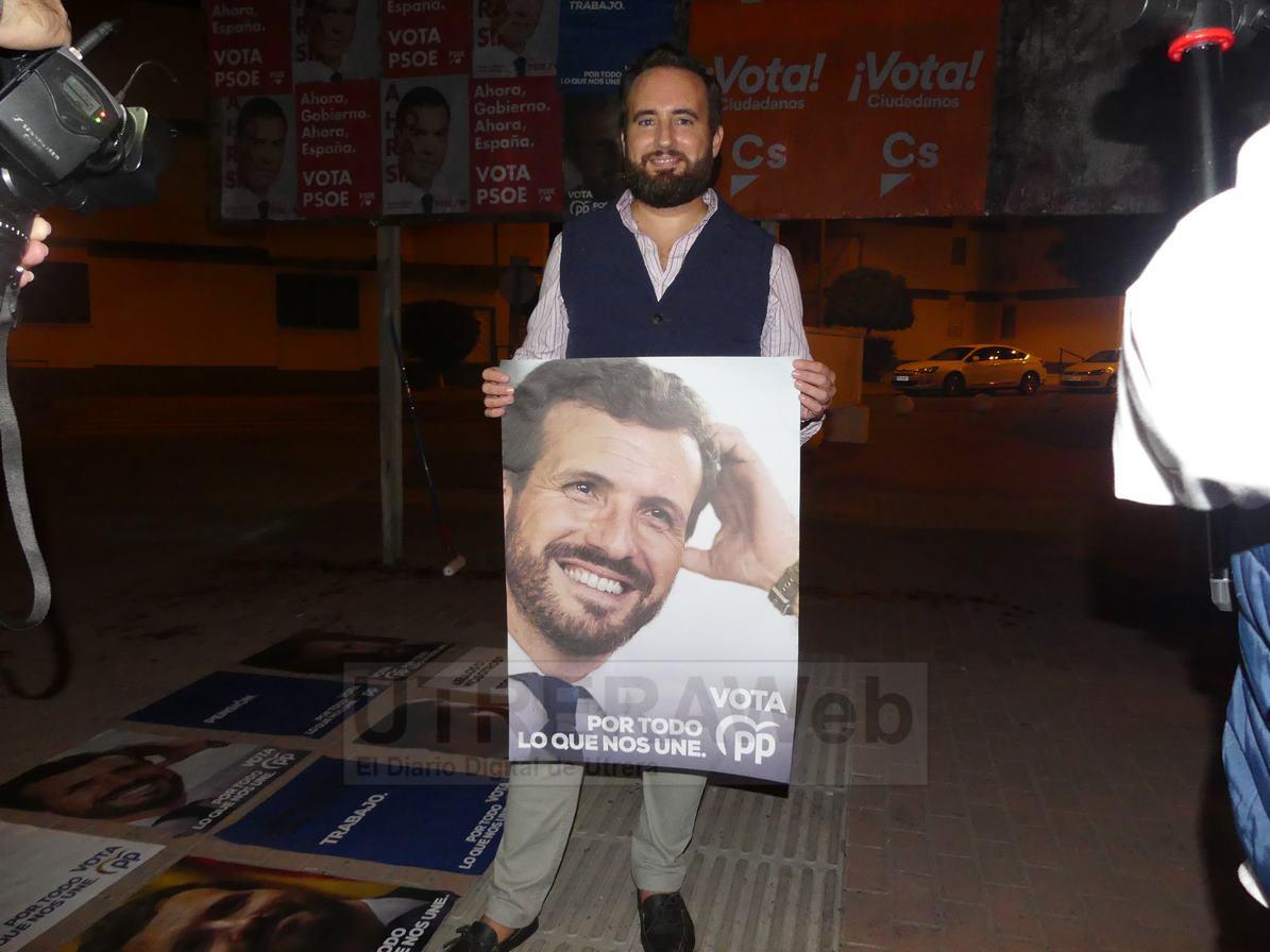 Fernando Torres, miembro del PP de Utrera durante la pegada de carteles.