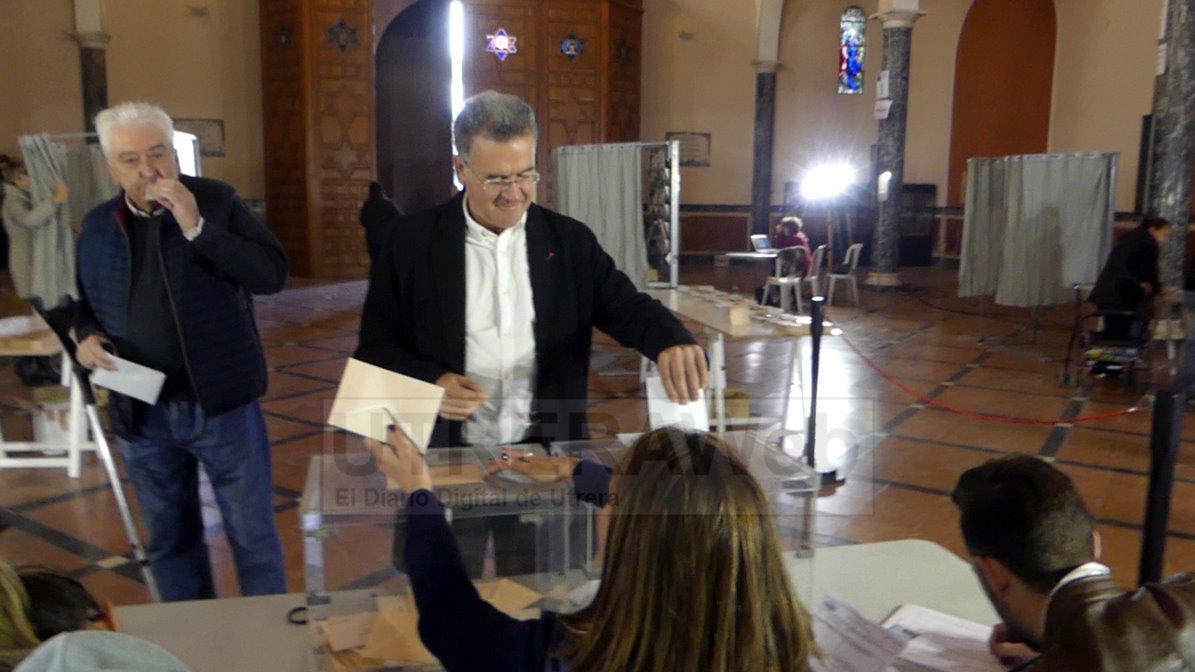 Fernando Alcaide Villalobos, secreatario de organización del PSOE de Utrera votando este domingo.