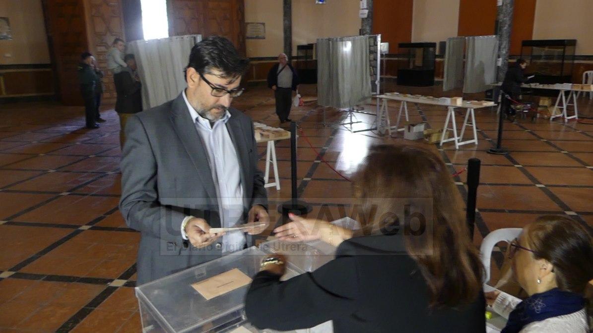 El secretario local del PSOE y alcalde de Utrera, José Maíra Villalobos, ejecitando su voto en las elecciones del domingo.