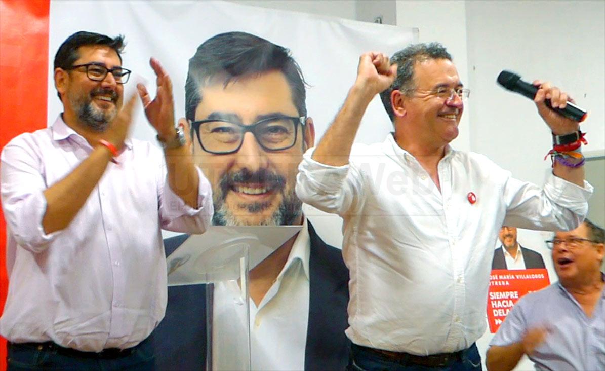 El secretario de Organización, Fernando Alcaide, junto al alcalde José María Villalobos, celebrnado la vicgtoria electoral en la sede del PSOE de Utrera.