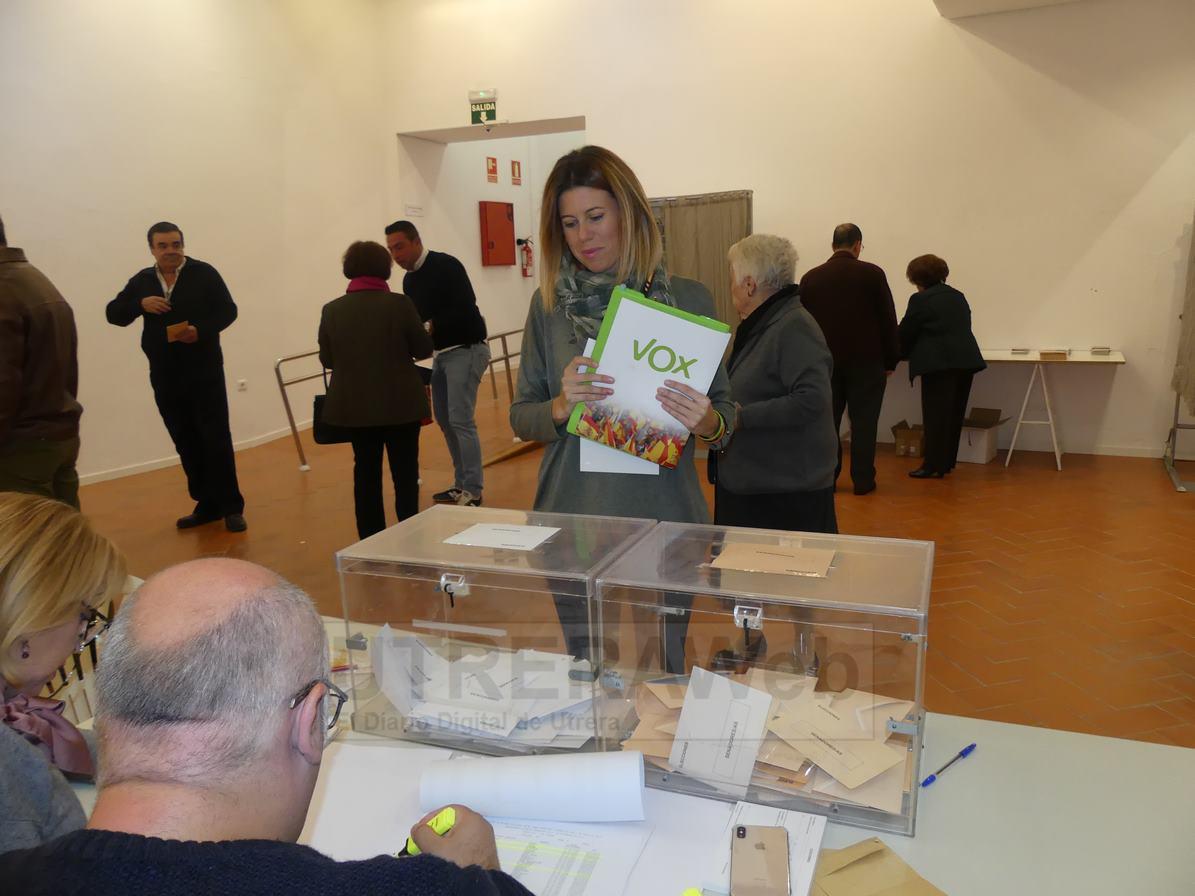 La dirigente de Vox Utrera en el momento de su votación en el una de las mesas electorales de la Casa de la Cultura.