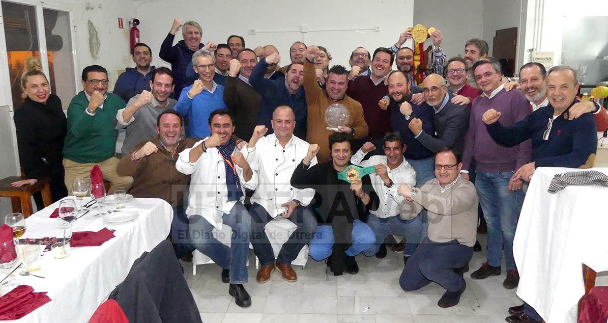 Foto de familia de los miembros de la Hermandad Gastronómica de Utrera con javier Campanario e invitados añadidos.s