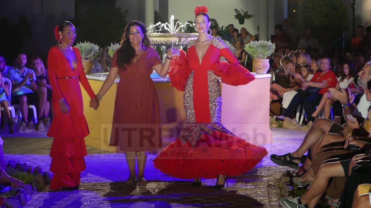 La diseñadora Consolación Ayala saludando al público de Utrera.