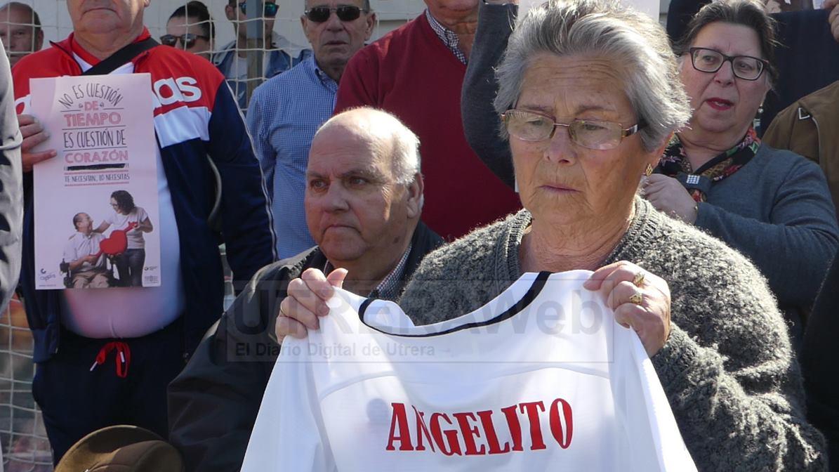 Camiseta del C.D. Utrera entregada a la familia de Angelito.