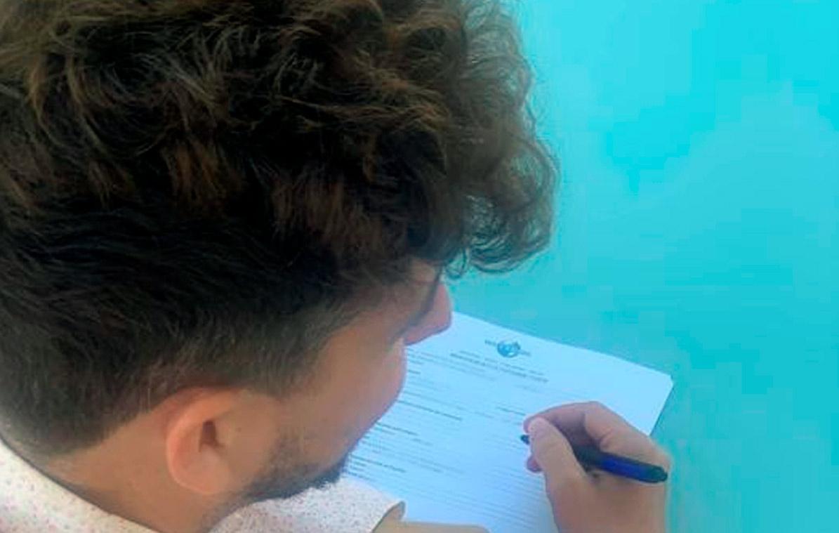 El artista de Utrera Juanlu Montoya estampando su firma en el contrato con la multinacional musical Universal Músic.