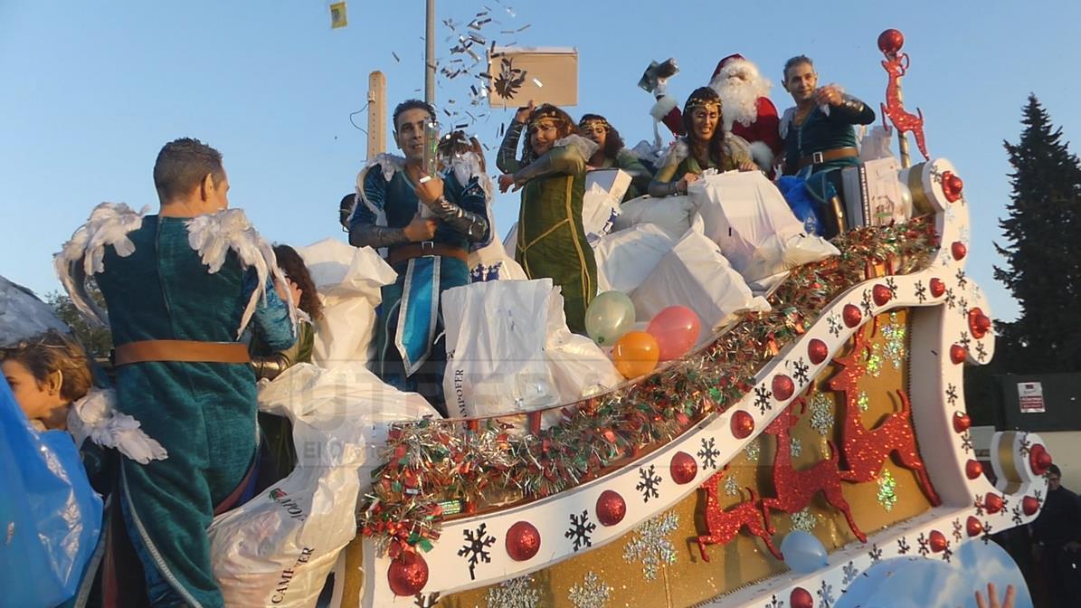 Momento de la salida de la carroza de Papá Noel en la Cabalgata de Reyes Magos 2020 de Utrera.