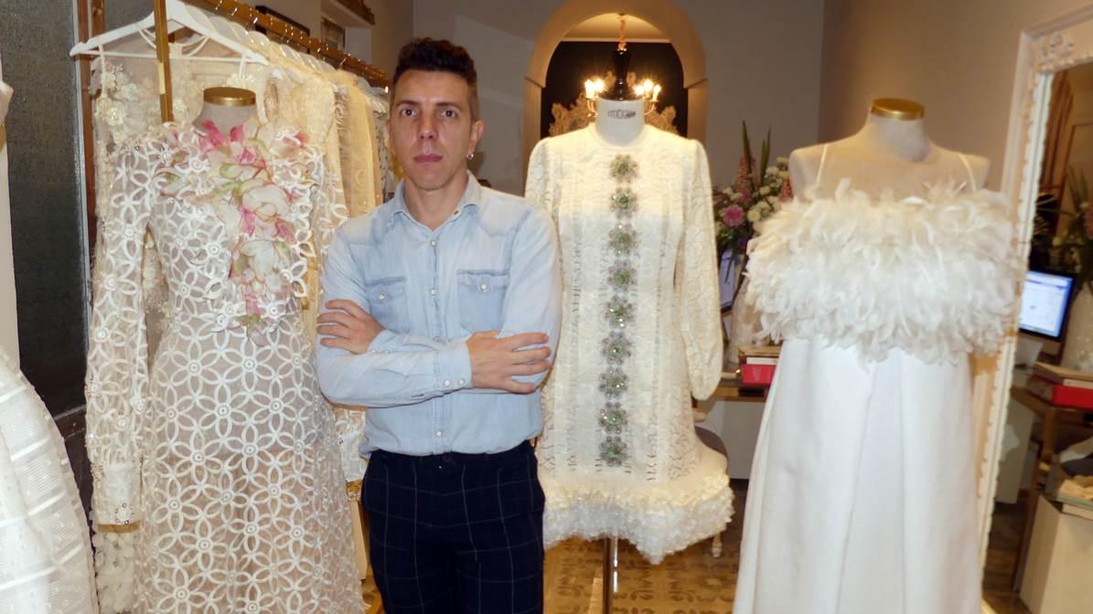 Alejandro Postigo junto a sus nuevas creaciones en tienda - atelier de Utrera.