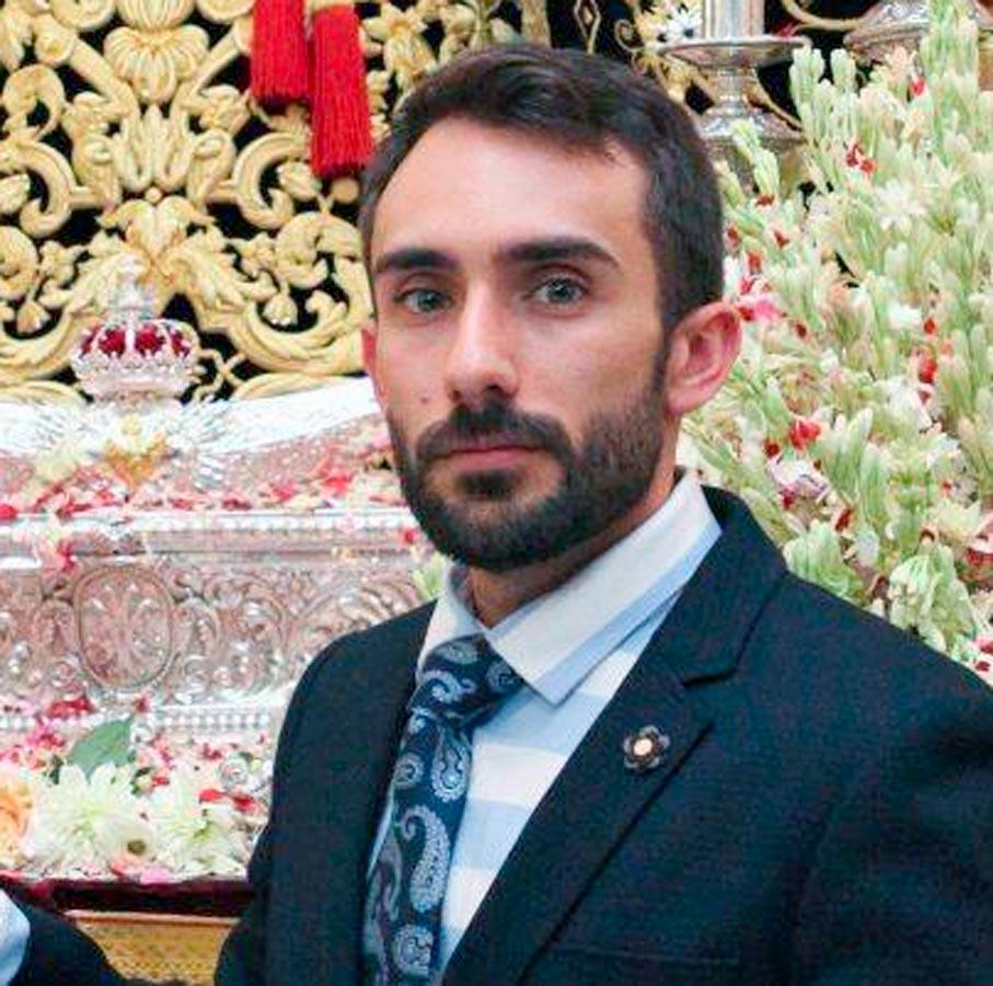 El bordador Antonio Roldán relizará el bordado del nuevo manto de la Virgen de la Paz de Utrera.