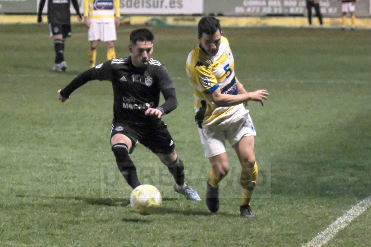 El jugador del C.D. Utrera Javi Medina en un lance del juego del partido ante el Coria C.F.