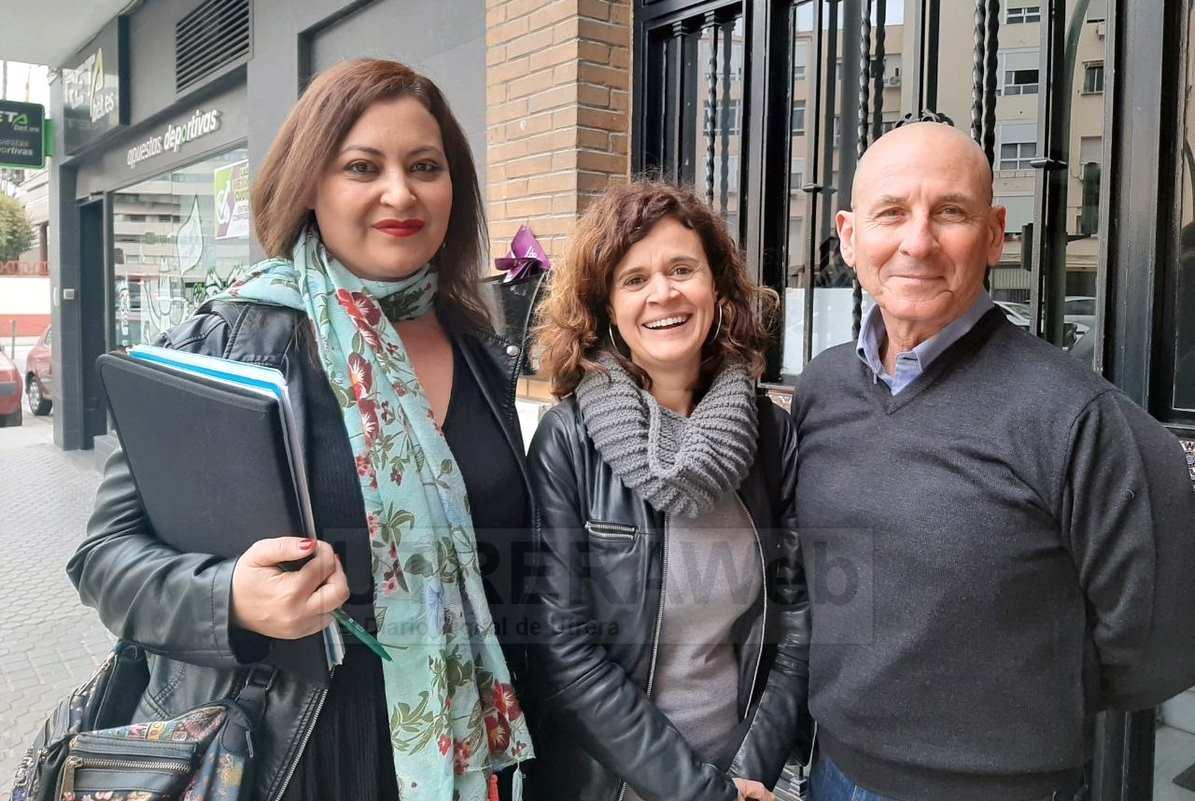 La coordinadora andaluza de Más País, Esperanza Gómez,  junto a miembros de esta formación política en Utrera.