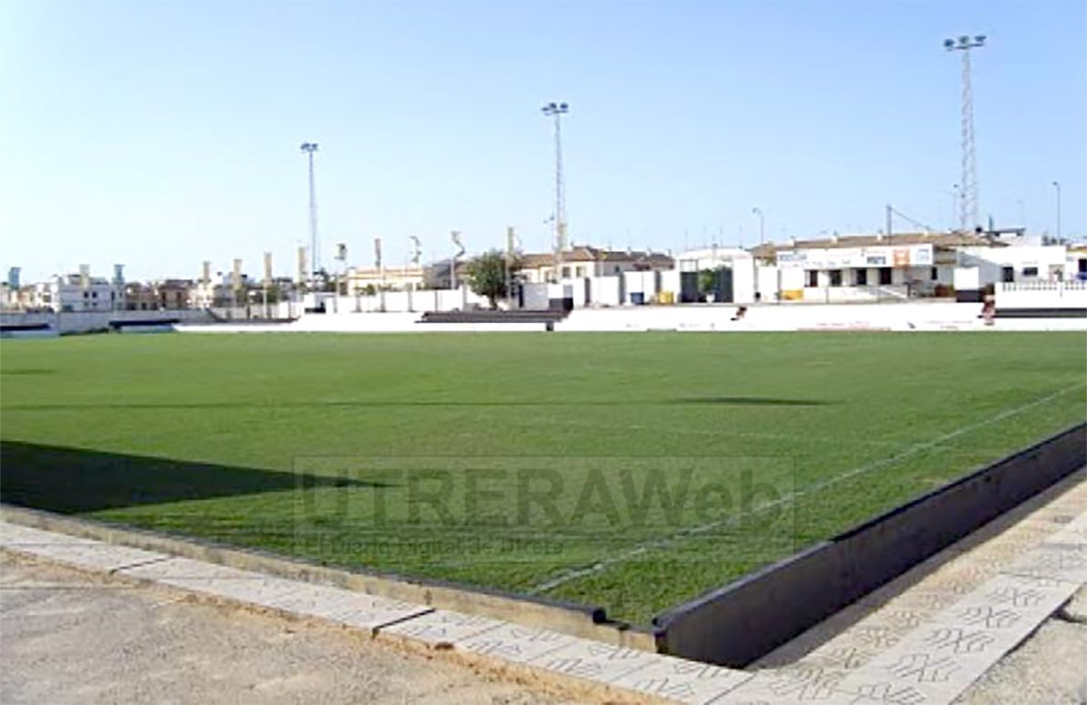 Vista interior del estadio de Mairena del Alcor de césped natural donde entrenará el C.D. Utrera.