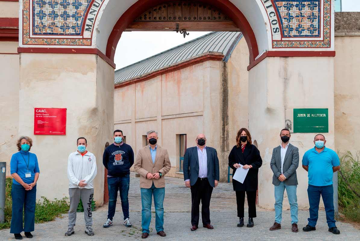 Miembros de la Hermandad de Jesús Nazareno de Utrera a las puertas del IAPH donde han depositado la talla de su titular para la realización del estudio sobre su estado.
