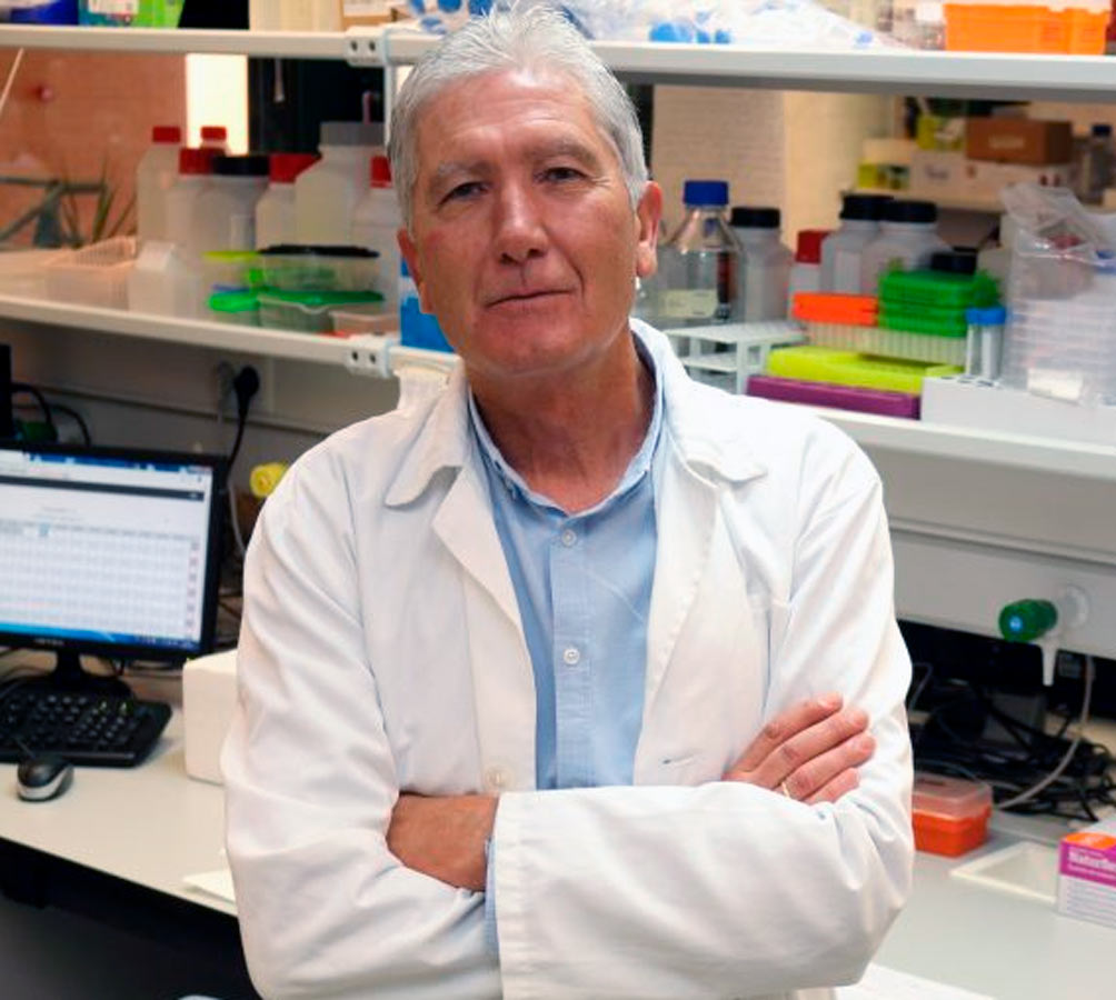 El investigador José Antonio Sánchez en su laboratorio de la Universidad Pablo de Olavide.