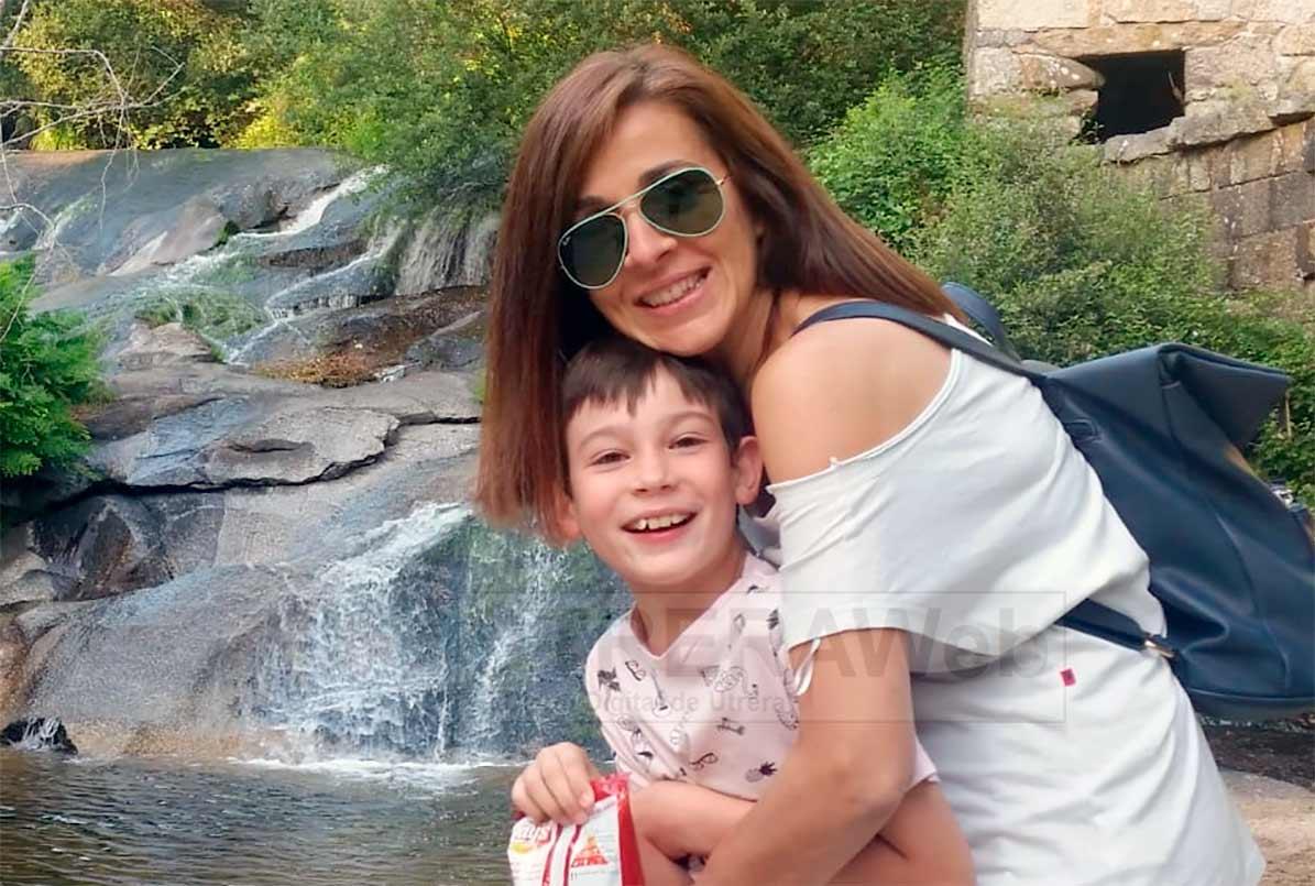 Nico con su madre, Águeda Pérez.