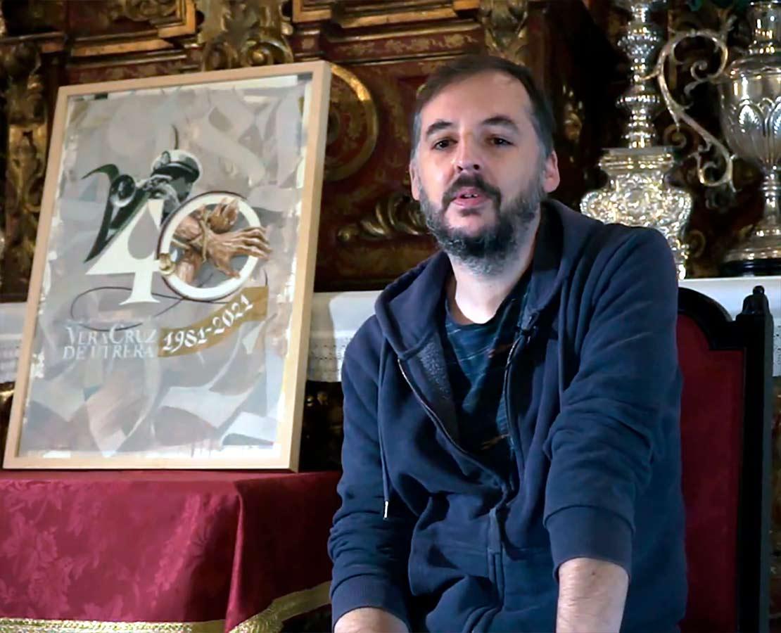 El artista de Utrera, Antonio Rodriguez Ledesma, junto al logotipo creado para la Banda de la Vera-Cruz.