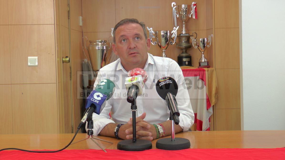 Antonio Camino en la primera rueda de prensa tras su reelección como presidente del C.D. Utrera.