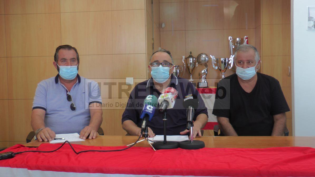 Miembros de la Comisión Electoral del C.D. Utrera dando a conocer los resultados del proceso electoral.