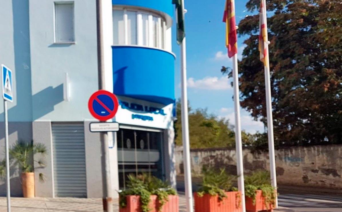 Según APDIS Utrera, el único acceso a las personas con movildiad reducida es una puerta que está siempre cerrada con una persiana.